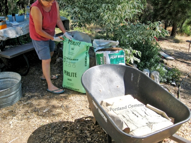 Mix cement, peat & perlite